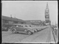 1976-4484 De Rijnhaven aan de noordzijde met op de kade personenauto's van het merk Dodge, aangekomen per schip uit de ...