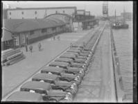 1976-4485 De Rijnhaven aan de noordzijde met op de kade personenauto's van het merk Dodge, aangekomen per schip, links ...