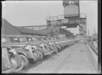 1976-4486 De Rijnhaven aan de noordzijde met op de kade personenauto's van het merk Dodge, aangekomen per schip, links ...