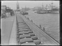 1976-4487 De Rijnhaven aan de noordzijde met op de kade opgestelde personenauto's van het merk Dodge, aangekomen per ...