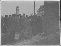 1976-4498 Leggen van de eerste steen. Op de achtergrond de kerk aan de Strevelsweg.