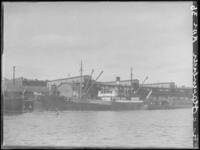 1976-4529 De Rijnhaven aan de noordzijde, met een schip aangemeerd langs de kade.
