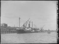 1976-4538 De Rijnhaven aan de noordzijde, waarlangs het zeeschip de Pommern aan de kade ligt aangemeerd.