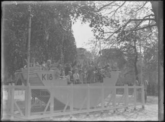 1976-4539 Speeltuin in de Rotterdamsche Diergaarde. Kinderen spelen in een schommelschip op het speelterrein van de ...