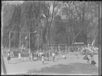 1976-4540 Speeltuin in de Rotterdamsche Diergaarde. Kinderen spelen op speeltoestellen in de dierentuin.