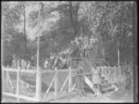 1976-4541 Speeltuin in de Rotterdamsche Diergaarde. Kinderen spelen op een schommelschip in de speelplaats van de dierentuin.