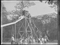 1976-4542 Speeltuin de Rotterdamsche Diergaarde. Kinderen staan in de rij voor de glijbaan in de dierentuin.