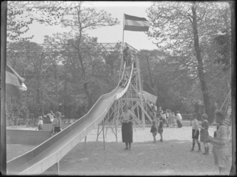 1976-4543 Speeltuin van de Rotterdamsche Diergaarde. Kinderen op de glijbaan en in de zandbak op het speelterrein van ...