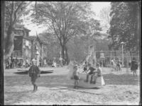1976-4545 Speelplaats Rotterdamsche Diergaarde. Kinderen op de speelplaats in de dierentuin.