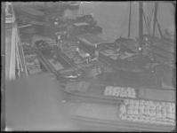 1976-4591 Het verladen van zakken aardappelen. Bovenaanzicht van binnenvaartschepen met lading in het ruim.
