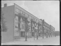 1976-4593 Gevels van appartementen aan de Schepenstraat.