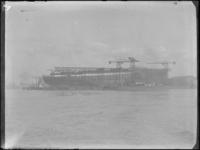 1976-4610 Passagiersschip de Nieuw Amsterdam van de Holland-Amerika Lijn ( HAL ) in aanbouw op de scheepswerf van de ...