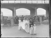 1976-4613 Bruidspaar op weg naar de Heilige Familiekerk. Ingang aan de Voorburgstraat.