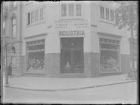 1976-4614 Etalages van de sigarenwinkel Industria aan de Nieuwe Binnenweg, hoek 's-Gravendijkwal (rechts).