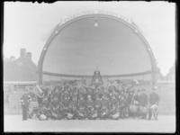 1976-4671 Muziekvereniging Harmonievereeniging Dockyard voor het muziekpaviljoen Prinses Beatrix op Tuindorp Heyplaat.