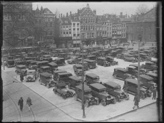 1976-4680 Geparkeerde auto's op het Beursplein.