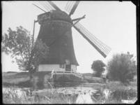 1976-4689 Molen aan het water in Terbregge.