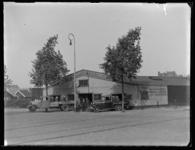 1976-4710 De Vierhavensstraat bij het bedrijfsgebouw van het wagenverhuurbedrijf A. Nobel.