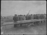 1976-4752 Bijeenkomst voor het slaan van de eerste paal van de opstallen van de H.A.L.