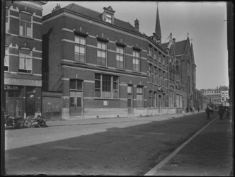 1976-4782 Gezicht in de Sint-Mariastraat. Op de achtergrond de West-Kruiskade en links de Sint-Josephkerk.