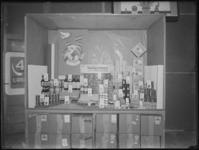 1976-4788 Levensmiddelen van de HAKA coöperatie staan uitgestald in een etalage. Daarbij staat de tekst 'Met het eerste ...