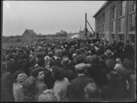 1976-4799 Een mensenmenigte bij de onthulling van een gedenkplaat voor Han Lansdorp en Jaap Nederveen die om het leven ...