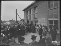 1976-4800 Een mensenmenigte bij de onthulling van een gedenkplaat voor Han Lansdorp en Jaap Nederveen die om het leven ...