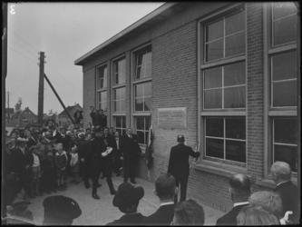 1976-4801 Een mensenmenigte bij de onthulling van een gedenkplaat voor Han Lansdorp en Jaap Nederveen die om het leven ...