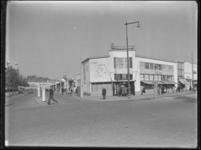 1976-4881 Cafetaria Rutten aan de Mathenesserlaan (rechts) en Jongkindstraat (links).