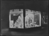 1976-5139 Winkeletalage van Jan Nijman op de Nieuwe Binnenweg, nummer 431, artikelen voor de baby.