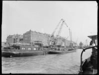1976-5173 Kranen van de firma Van Dam & Co aan de Prins Hendrikkade.