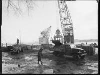 1976-5176 Kranen van de firma Van Dam & Co aan de kade van de Prins Hendrikkade.