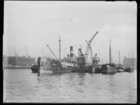 1976-5282 De Rijnhaven met voor anker liggende schepen, links op de achtergrond een pakhuis.