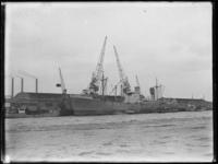 1976-5310 Het schip Algenib ligt aan de kade van de Lekhaven, bij Thomsen's Havenbedrijf, loods Brazilië.