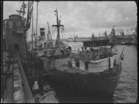 1976-5366 De Maashaven met op de voorgrond een schip en een kraan, op de achtergrond graanelevators.