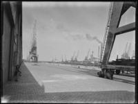1976-5407 Het oostelijk bekken van de Merwehavenkade, de westzijde van de firma NV Cornelis Swarttouw.