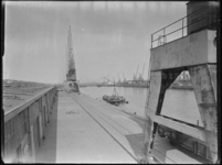 1976-5408 De westzijde van de Merwehavenkade, de oostelijke insteekhaven. De kranen op de kade zijn van het bedrijf ...