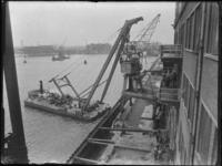1976-5440 Het plaatsen van een kraan op de kade aan de zuidzijde van de Rijnhaven, met behulp van een drijvende bok.