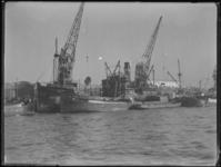 1976-5612 Schepen in de 2e Katendrechtsehaven. Het laden en lossen van goederen.