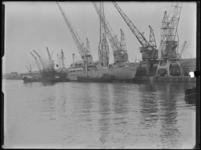 1976-5689 Schepen in de Merwehaven. Het laden en lossen van goederen met kranen.