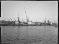 1976-5722 Aangemeerd schip, Hadar 770, in de Merwehaven.