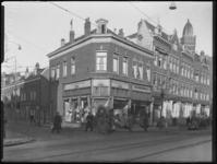 1976-5728 Gezicht op de Nieuwe Binnenweg met het winkelhoekpand N.V. De Zonsopgang. Links de Korenaarstraat.