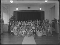 1976-6136 Meisjeslyceum. Een groepsfoto van de kinderen van het r-k Lyceum voor Meisjes aan de Breitnerstraat.