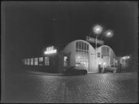 1976-6150 Autogarage Lindo aan de Baan bij nacht, gezien vanaf de Blekerstraat.
