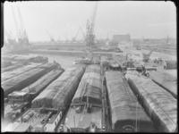 1976-6156 Overzicht van de Merwehaven, op de voorgrond binnenvaartschepen met Binghamzeilen afgedekte lading.