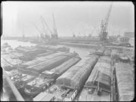 1976-6158 Overzicht van de Merwehaven, op de voorgrond binnenvaartschepen met Binghamzeilen afgedekte lading.