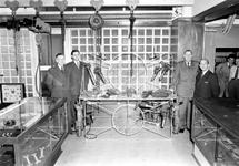 1976-6196 Medewerkers van fijnstaal- en gereedschappenhandel Eyle en Ruygers aan het Achterklooster 1 in het ...
