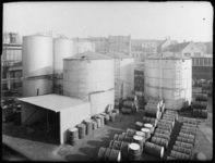 1976-6207-1 De binnenplaats van soda- en chemicaliënfabriek van Kortman en Schulte aan de Achterhaven 48.