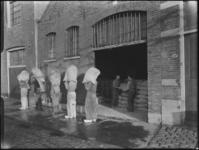 1976-6212 De ingang van de pakhuisruimte van de Soda- en Chemicaliënfabriek van Kortman en Schulte aan de Achterhaven 48.