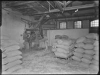1976-6214 De pakhuisruimte van de Soda- en Chemicaliënfabriek van Kortman en Schulte aan de Achterhaven 48.